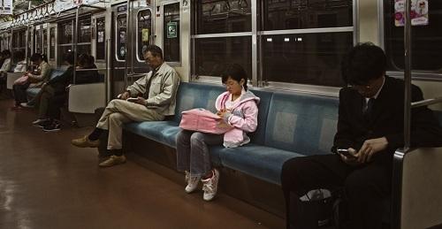 Bạn sẽ không hề xa lạ khi bắt gặp những đứa trẻ đi đầu điện ngầm 1 mình (Ảnh minh họa).