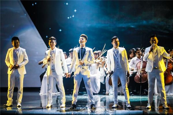 Lần đầu tiêng Noo Phước Thịnh đã đưa thầy dậy thanh nhạc của mình cùng tung hoành trên sân khấu.
