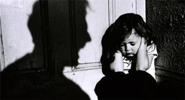 Trẻ nhỏ bị bạo hành có thể ảnh hưởng đến tâm lí các em sau này. Ảnh minh họa: Internet