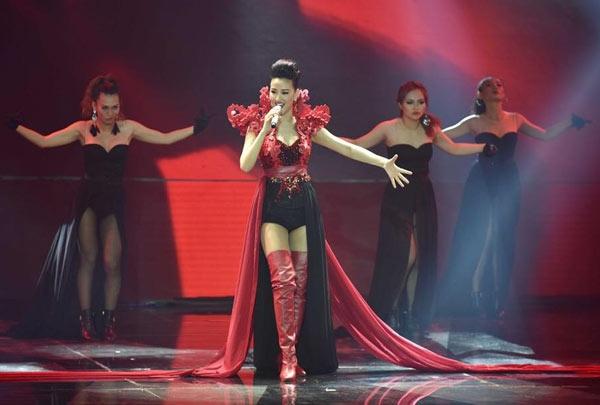 Ngay trong đêm mở màn của The Remix 2016, Maya cũng bị cư dân mạng bủa vây khi diện mẫu thiết kế có đính chi tiết cắt laser tương tự như bộ trang phục mà Hồ Ngọc Hà từng diện năm 2014.