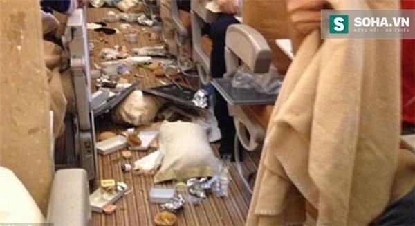 Khoảnh khắc ám ảnh kinh hoàng trong cabin khi máy bay rơi tự do
