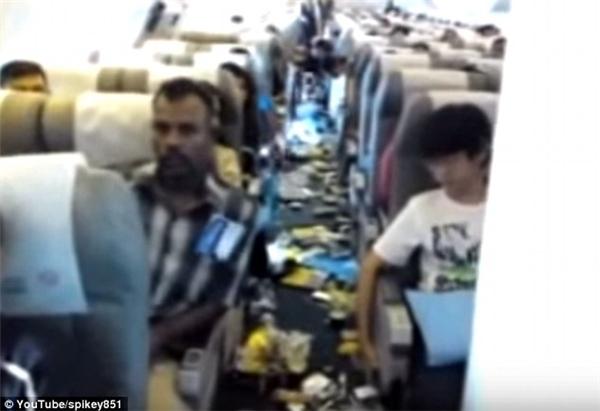 Cảnh tượng kinh hoàng trên chuyến máy bay của Kuwait Airways năm 2009 khi vào vùng nhiễu loạn không khí.