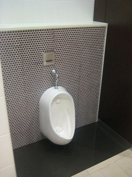 Đừng ngạc nhiên khi thấy bệ tiểu nam trong toilet nữ ở Nhật.(Ảnh: Internet)