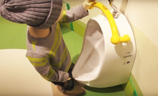 Thiết kế này giúp các bà mẹ có thể theo sát con trai nhỏ của mình ngay cả khi đi vệ sinh.(Ảnh: Internet)