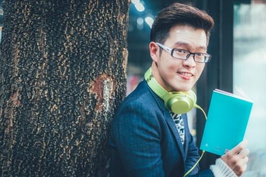 Cây bút trẻ Anh Khang tuy diện style lịch lãm nhưng vẫn không quên tạo cho mình nét trẻ trung cho tổng thể bộ trang phục của mình bằng chiếc tai nghe bản to ấn tượng.