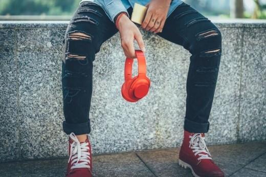 """Không chỉ là một chiếc tai nghe có chất âm gây nghiện, mà còn là một phụ kiện thời trang """"street style'""""đậm chất cá tính."""