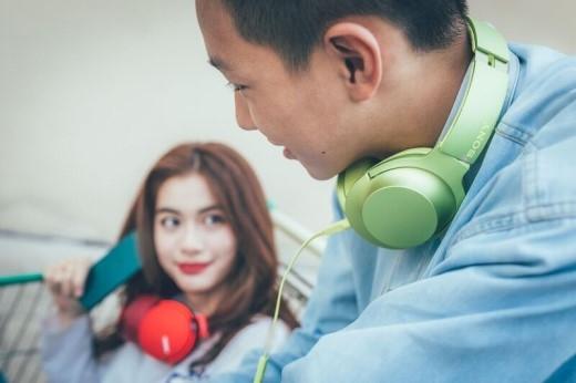 """Những chiếc tai nghe Sony h.ear """"nhìn là mê, nghe là phê"""" là một trong những """"item"""" không thể thiếu của các tín đồ thời trang và âm nhạc."""