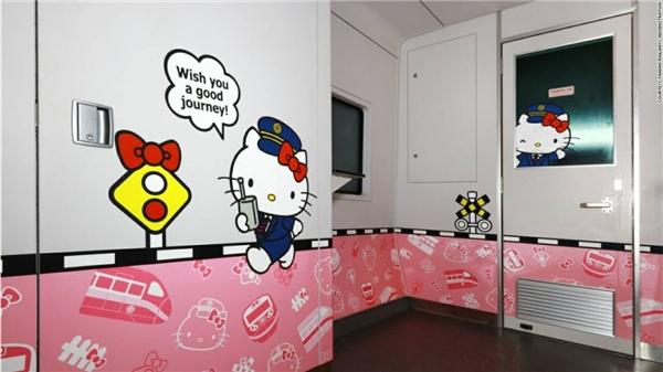 Hình ảnh Hello Kitty được trang trí khắp mọi nơi trên tàu lửa bởi công ty tàu hỏa muốn cô mèo này theo hành khách đến mọi nẻo đường.(Ảnh: CNN)