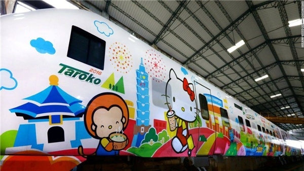 Đoàn tàu hoạt hình đầu tiên ở Đài Loan này được trang trí bởi hình cô mèo Hello Kitty uống trà sữa - một món đặc sản của Đài Loan, cùng một số cảnh quan quen thuộc của đất nước này.(Ảnh: CNN)