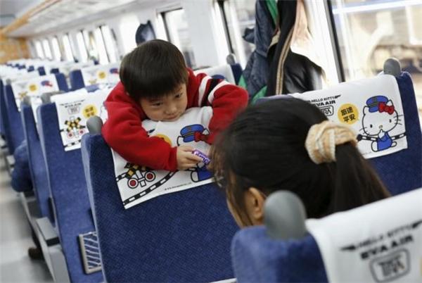 Không chỉ các em bé mới tỏ ra cực kì hào hứng với đoàn tàu hoạt hình này...(Ảnh: Reuters)