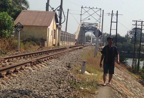 Vị trí đoàn tàu dừng lại cách cầu Ghềnh bị sập chỉ khoảng 200 m. Ảnh: Internet
