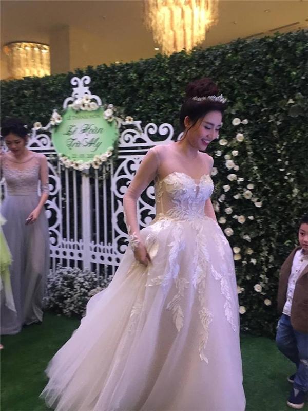 Trong buổi tiệc này, Ngô Trà My diện chiếc váy trắng bồng xòe điệu đà với phần đuôi khá dài. - Tin sao Viet - Tin tuc sao Viet - Scandal sao Viet - Tin tuc cua Sao - Tin cua Sao
