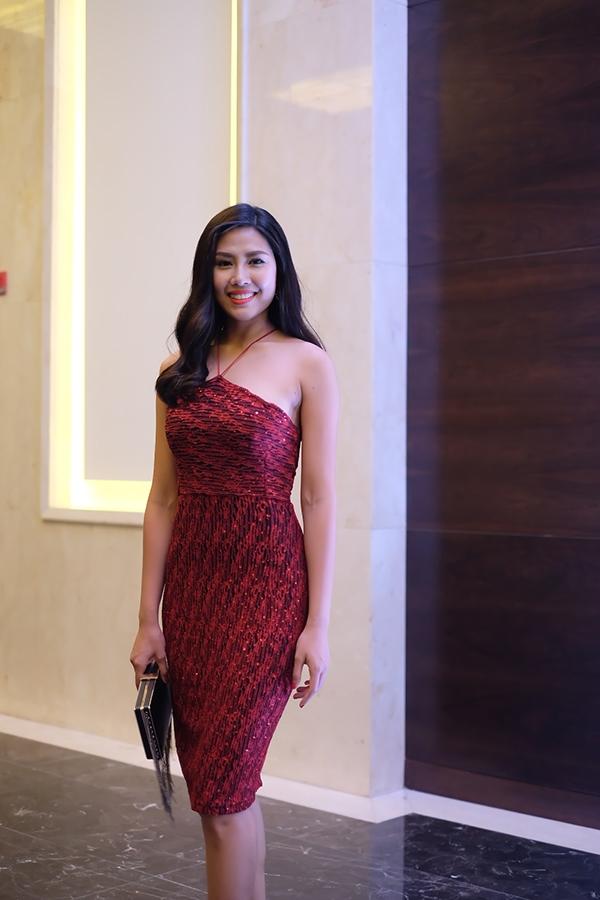 Top 25 Hoa hậu Thế giới 2014 Nguyễn Thị Loan diện bộ váy đỏ gợi cảm đến dự tiệc mừng của đàn em. - Tin sao Viet - Tin tuc sao Viet - Scandal sao Viet - Tin tuc cua Sao - Tin cua Sao