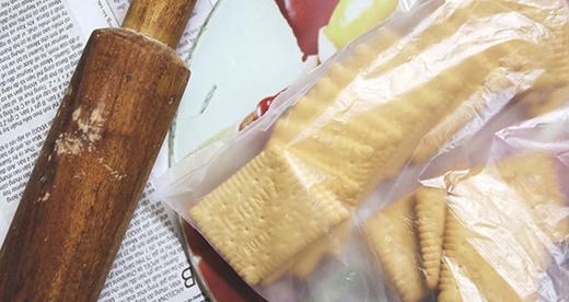 Nghiền vụn bánh quy để làm đế bánh. (Ảnh: Internet)