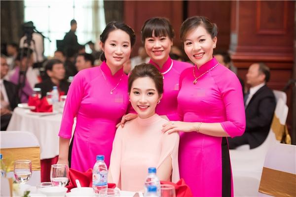 Được biết, khi kết thúc sự kiện Hoa hậu Việt Nam 2012 vẫn còn lưu lại để giao lưu và thân thiện chụp hình với người tham dự. - Tin sao Viet - Tin tuc sao Viet - Scandal sao Viet - Tin tuc cua Sao - Tin cua Sao