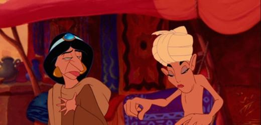 Jasmine & người bán hàng rong trong Aladdin: nhìn giống Dì ghẻ và Lọ Lem chưa? (Ảnh: Internet)