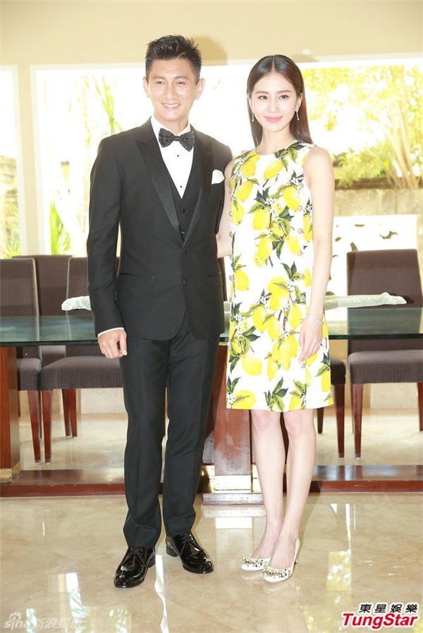 Chiếc váy in hoa mặc khi tiếp phóng viên vào trưa ngày 20/03