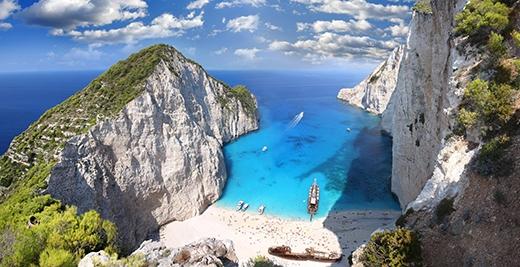 Toàn cảnh bãi biển xinh đẹp, thơ mộng Navagio. (Ảnh: Internet)