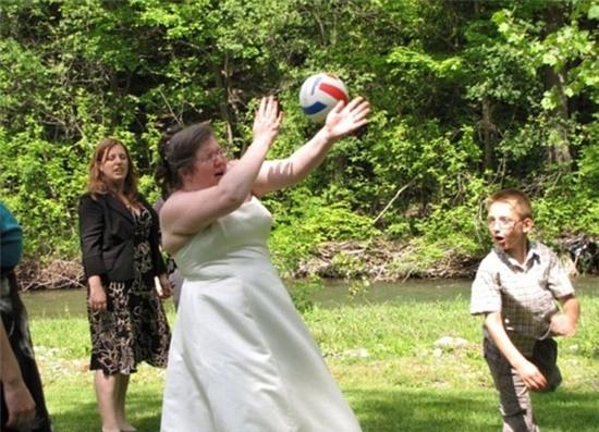 Đám cưới nhạt nhẽo quá nên cháu chỉ muốn chơi bóng chút xíu cho tỉnh ngủ thôi mà.
