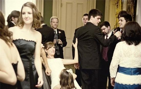Cô bé bị trượt chân và chỉ theo quán tính bám chặt lấy váy cô dâu cho khỏi ngã thôi.