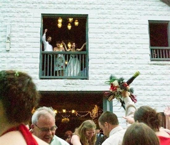 Anh gì ơi, anh muốn làm cô dâu tiếp theo hay sao mà tự nhiên lại đi bắt hoa cưới vậy?