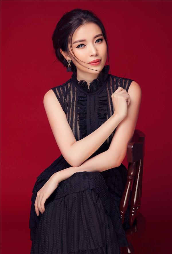 Mùa hè là mùa của những bộ cánh mềm mại, Cao Thái Hà đã chọn chiếc váy maxi bay bổng, lãng mạn với phần cổ xếp li, xuyên thấu ấn tượng.