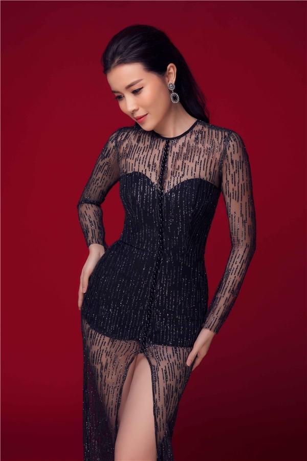 Khác hẳn với vẻ manh manh, dịu dàng ở những bộ cánh trước, Cao Thái Hà toát lên vẻ gợi cảm trong bộ trang phục đen với phần ren ở ngực và tay áo.