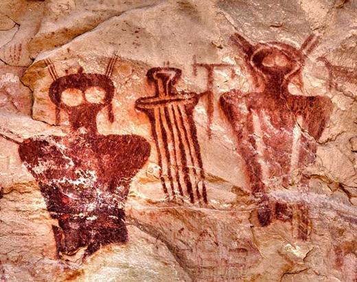Những bức vẽ lớn bằng mực đỏ thể hiện hình người kìdị với cấu trúc đầu tương tự như đầu bò. (Ảnh: Internet)
