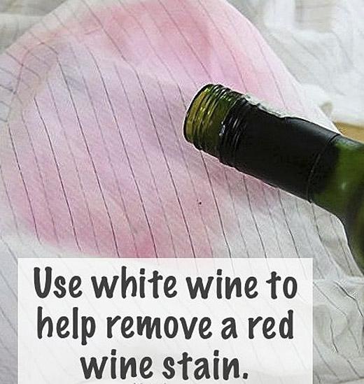 Đổ rượu trắng vào chậu giặc đồ ngâm cùng với áo trong vòng 40 phút, những vết loang màu đỏ sẽ được đánh bay.(Ảnh: Internet)