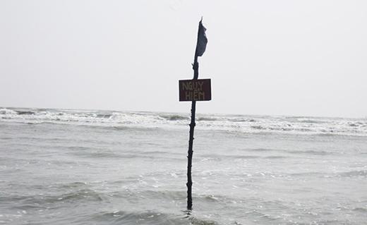 Dù nhiều nơi đã có biển cảnh báo nguy hiểm, nhưng vẫn có một số người xem nhẹ và bỏ qua. (Ảnh: Internet)