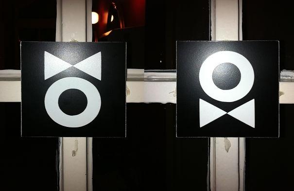 Phụ nữ đeo nơ trên đầu và đàn ông đeo nơ ở cổ là biểu tượng nhà vệ sinh ở một nơi tại Berlin.(Ảnh: Internet)