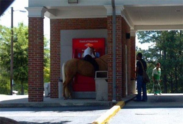 Chờ tí nhé chú em, ở đây không có chỗ cột ngựa!