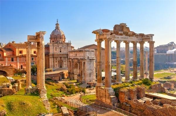 7. Rome, Italy: Thành phố khổng lồ và nhộn nhịp này có hơn 3.000 năm lịch sử hiện hữu trong các tác phẩm nghệ thuật, kiến trúc và văn hóa. Những di tích như Hội trường La Mã, Đấu trường La Mã... thể hiện sức mạnh của đế chế cổ xưa. Ngoài ra, du khách còn có cơ hội ghé thăm Vatican, trái tim của công giáo La Mã, khám phá nhà thờ St. Peter, bảo tàng Vatican hay ngắm nhìn các tác phẩm của Michelangelo ở nhà nguyện Sistine. Ảnh: Airtransat.