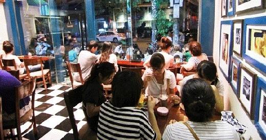 """Đi ăn, cà phê… là những loại hình """"ăn chơi"""" nhàm chán nhưng lại phổ biến nhất khi tụ tập nhóm bạn. (Ảnh: Internet)"""