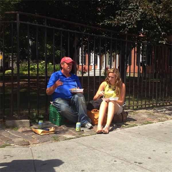 Cô gái mua hai phần ăn và cùng ăn với người đàn ông vô gia cư. (Ảnh: Internet)