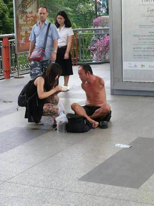 Cô gái đút cho người đàn ông đó ăn. (Ảnh: Internet)