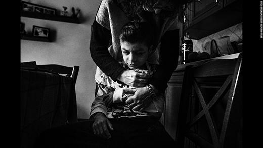 Mẹ Alex - Patrizia luôn luôn phải cẩn thận khi chăm sóc con mình. (Ảnh: Internet)