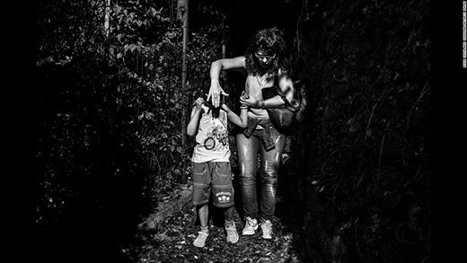 Patrizia luôn sẵn sàng dang 2 tay mình để bảo vệ con trai mình khỏiánh nắng và sựnguy hiểm khác. (Ảnh: Internet)