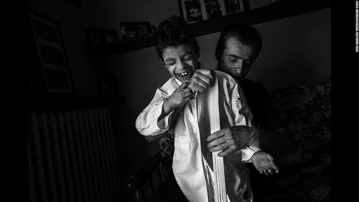 Ba Alex đang chuẩn bị đồ cho cậu tới lớp Judo. (Ảnh: Internet)
