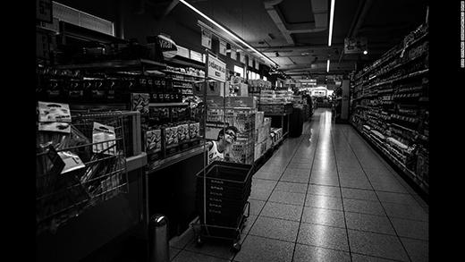 Alex chơi trốn tìm cùng chị gái ở siêu thịnhư bao đứa trẻ khác. (Ảnh: Internet)