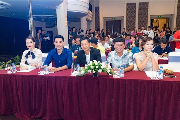Các diễn viên đã góp mặt tại buổi họp báo. Tuy nhiên, vì lí do sức khỏe nên Hoài Linh, Thu Trang và Khởi My đã không thể đến tham dự. - Tin sao Viet - Tin tuc sao Viet - Scandal sao Viet - Tin tuc cua Sao - Tin cua Sao