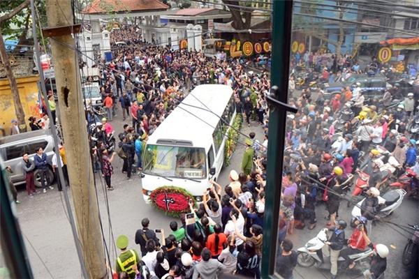 Gia đình, bạn bè cùng hàng ngàn người hâm mộ cũng đến tiễn đưa Trần Lập về nơi an nghỉ cuối cùng.