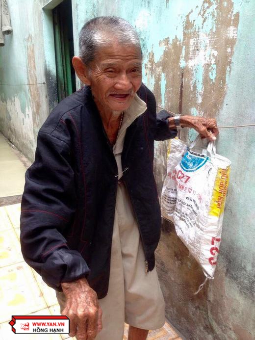 Trước đây, ông vẫn tự pha nước mắm ngọt, rồi đi lấy bánh ướt, chả lụa, bánh tôm, rau giá... từ các mối hàng để bán bánh ướt. Nhưng giờ cao tuổi, ông không còn làm điều đó nữa.