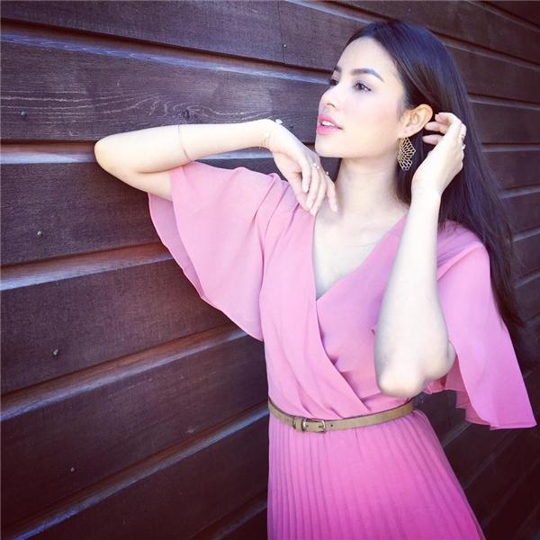 Phạm Hương diện bộ váy với phom maxi cổ điển trên nền chất liệu voan lụa mềm mại. Thiết kế tạo điểm nhấn bởi những đường gấp li hợp xu hướng cùng những cách xếp vải đối xứng, hiện đại.