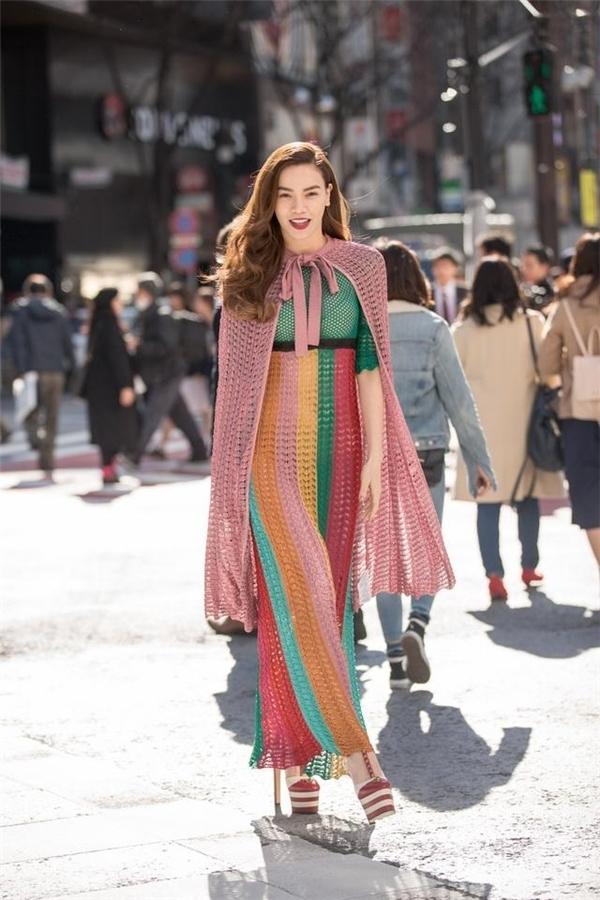 Trên đường phố Tokyo, Hồ Ngọc Hà trở thành tâm điểm của mọi ánh nhìn khi diện thiết kế nằm trong bộ sưu tập Xuân - Hè 2016 của Gucci. Thiết kế kết hợp nhiều tông màu tươi trẻ, trong đó sắc hồng pastel, hồng cánh sen được sử dụng làm chủ đạo.
