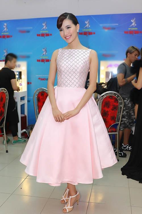 MC Mỹ Linh duyên dáng, kín đáo trong phom váy xoè cổ điển. Thiết kế với sắc hồng thạch anh hợp xu hướng giúp người đẹp trở nên tươi trẻ, quyến rũ hơn.