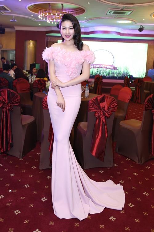 Bộ váy đuôi cá của Á hậu Tú Anh lại được điểm xuyết bằng loạt chi tiết kì công ở ngực váy.