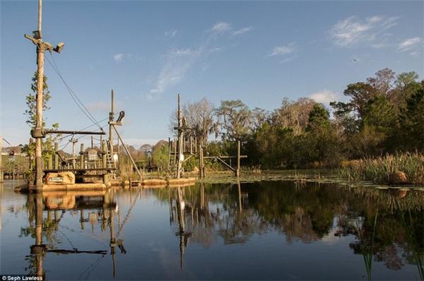 Theo những công nhân xây dựng, nước hồ Bay rất độc hại, không thể bơi được.