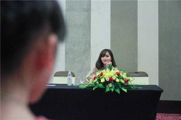 """Không chỉ theo dõi và chấm điểm cho phần thi cô nàng còn truyền đạt nhiều kinh nghiệm cho """"đàn em"""". - Tin sao Viet - Tin tuc sao Viet - Scandal sao Viet - Tin tuc cua Sao - Tin cua Sao"""