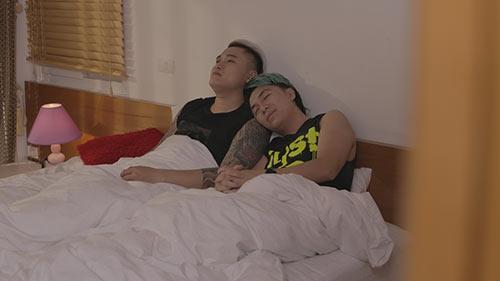 MV kể câu chuyện 2 người đàn ông thành đạt đã lập gia đình, nhưng lại không tìm được hạnh phúc hôn nhân. Dần dần, họ phát hiện ra giới tính thật rồi đến với nhau. - Tin sao Viet - Tin tuc sao Viet - Scandal sao Viet - Tin tuc cua Sao - Tin cua Sao